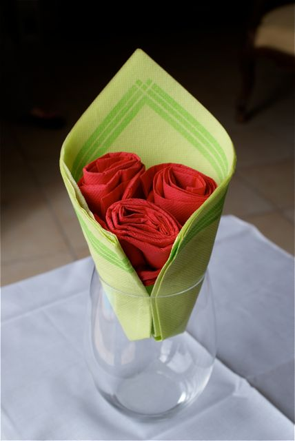 Pliage bouquet de rose for Pliage serviette pour verre